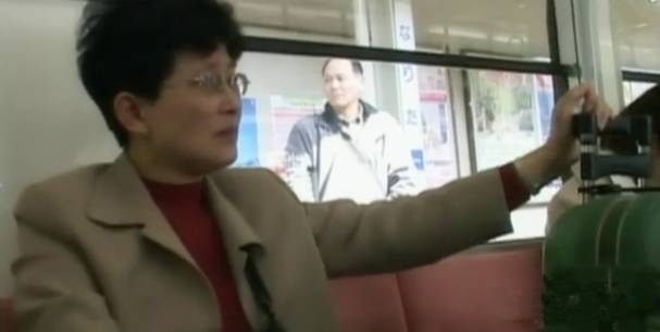 丁尚彪与妻子在车站